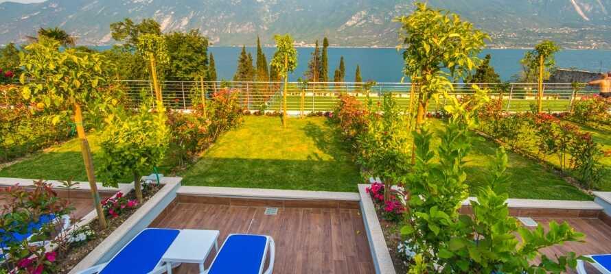 Nyd afslappende stunder i hotellets nydelige have eller på den hyggelige solterrasse