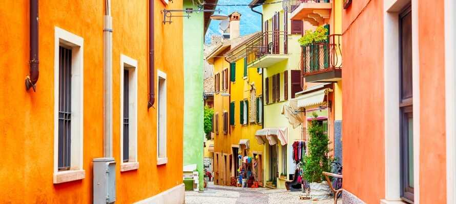 Machen Sie einen Ausflug nach Malcesine! Für min. sieben Nächte erhalten Sie das Ticket für die im Aufenthalt enthaltene Bootsfahrt.