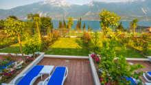 Nyt ferielivet på hotellets solterrasse og i den frodige hotellhagen ved Gardasjøen