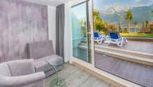 Alle Zimmer verfügen über Balkon mit herrlichem Seeblick,  Bad, Haartrockner,  Minibar, Telefon, Safe und Sat-TV.