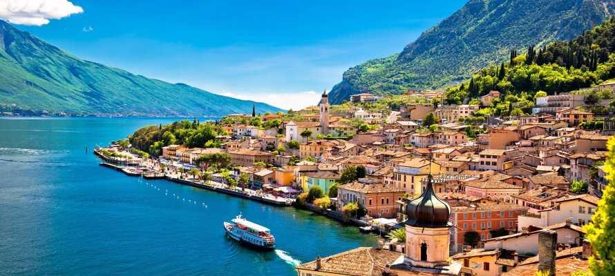Det 4-stjernede Hotel all' Azzurro har en fremragende beliggenhed direkte på Gardasøens vestlige bred