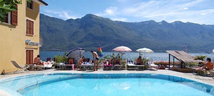 Sie können sich am kleinen Strand entspannen, im See schwimmen und den schönen Garten mit Pool des Hotels genießen.