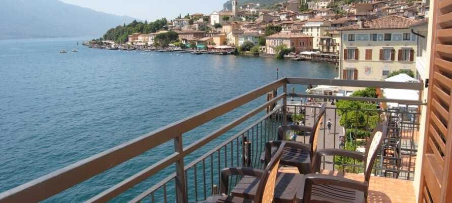 Billig og storslagent opphold på hotellrom med balkong og utsikt over innsjøen.