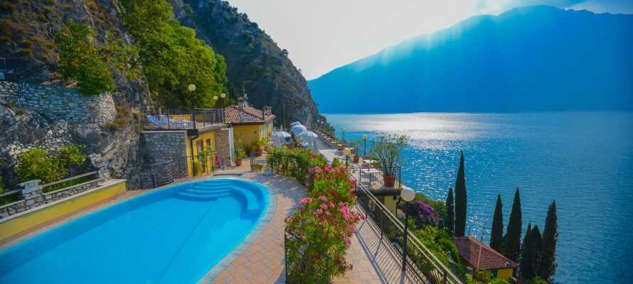 Det är som upplagt till en skön semester med pool och en praktfull utsikt över Gardasjön