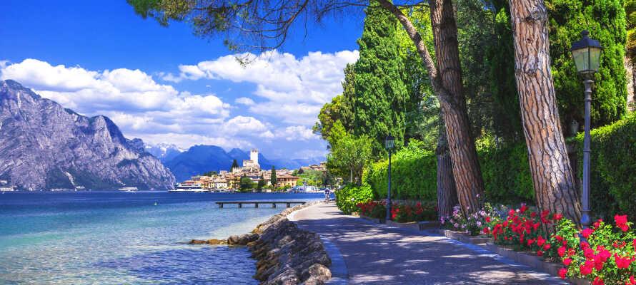 Tag på udflugt til smukke Malcesine. Er I afsted i syv dage eller mere inkluderer opholdet billetten til bådturen