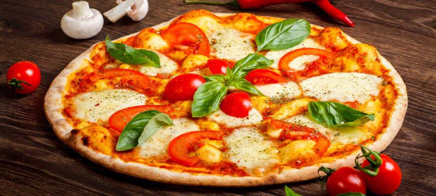Ekte italiensk bakerovnspizza servers på Limone sul Garda sjarmerende «trattorias»  (inkludert i oppholdet).