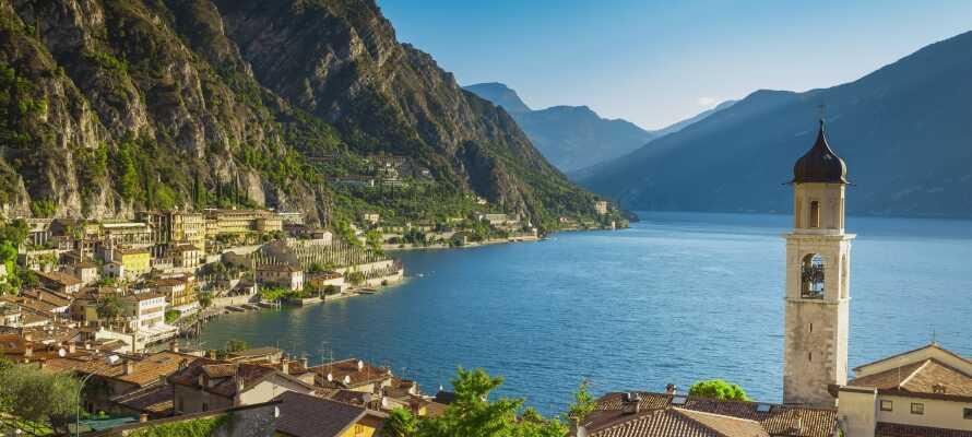 Machen Sie einen schönen Spaziergang durch die charmanten Straßen von Limone sul Garda.