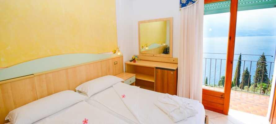 Hotellrommene er klassisk innredet og dobbeltrommene har egen balkong med fantastisk utsikt over Gardasjøen.