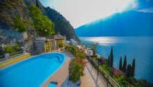 Fra svømmebassenget er det en nydelig utsikt over Gardasjøen