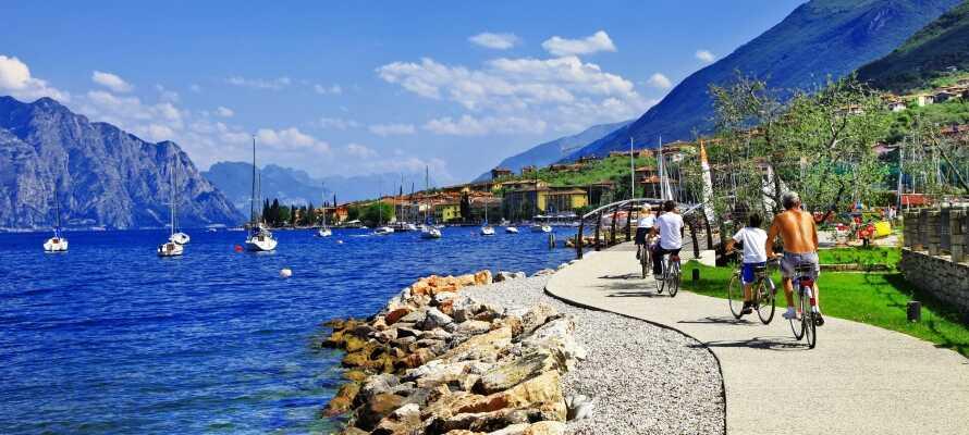 Bege er ut på en segeltur och besök den vackra staden Malcesine