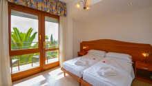 De trevliga hotellrummen har luftkonditionering och här sover ni gott
