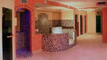 Wellnessområdet byder både på sauna, solarium, dampbad, spabad og boblebad.