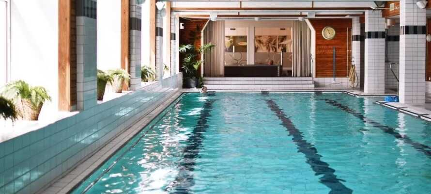Hotellets spaområde byr bl.a. på et 25 meter langt basseng, boblebad og sauna.