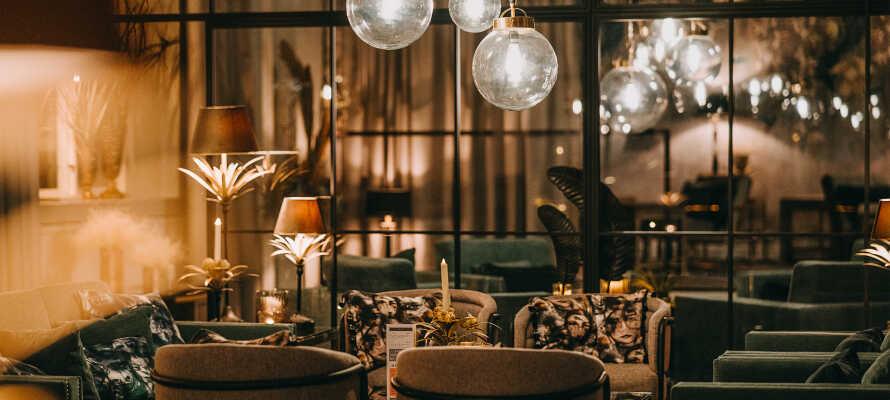 Slå er ner i hotellets härliga loungemiljö eller på Restaurang Klara som erbjuder fine-dining.