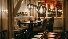 Avnjut utsökt mat i hotellets eleganta fine-dining restaurang, Restaurant Klara.