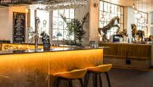 Efter en upplevelserik dag kan ni beställa en läcker drink i hotellets stämningsfulla bar.