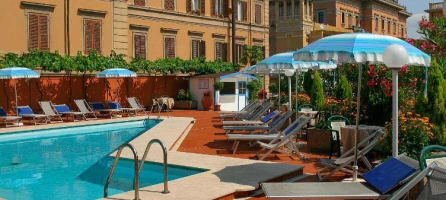 Under opholdet har I gratis adgang til hotellets udendørs swimmingpool som er åben i sommermånederne.