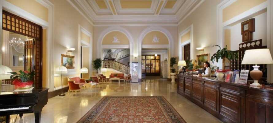 Det elegante hotellet byr på en vakker hall, stor terrasse, amerikansk bar og en flott bakgård.
