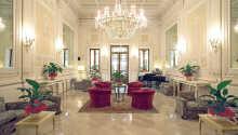 Das elegante Hotel bietet u. a. eine architektonisch schöne Halle, eine große Terrasse, eine amerikanische Bar und einen wunderschönen Garten.