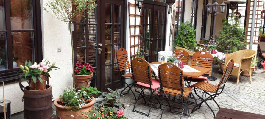 Der er en dejlig terrasse hvor I kan slappe af efter en lang dag med en god guidebog.