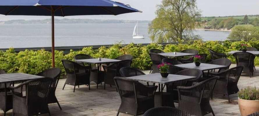Hotel Sønderborg Strand har en fantastisk beliggenhet i naturskjønne omgivelser på Als, rett ved stranden og rett overfor Sønderborg slott