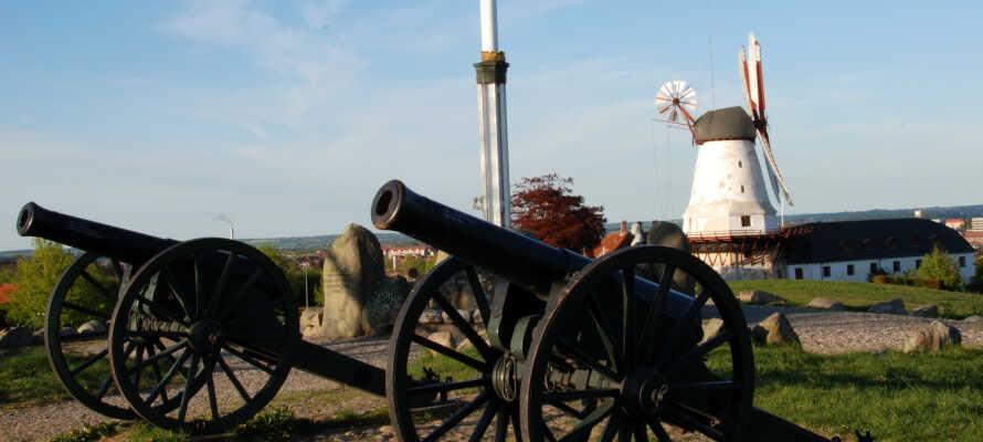 Sønderjylland er fuld af spændende historiske seværdigheder - besøg f.eks. Dybbøl Mølle og Dybbøl Banke i kort afstand af hotellet.