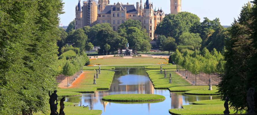 En av de största turistattraktionerna i Schwerin är slottet som är byggt i nyrennässans-stil som också har en konstsamling