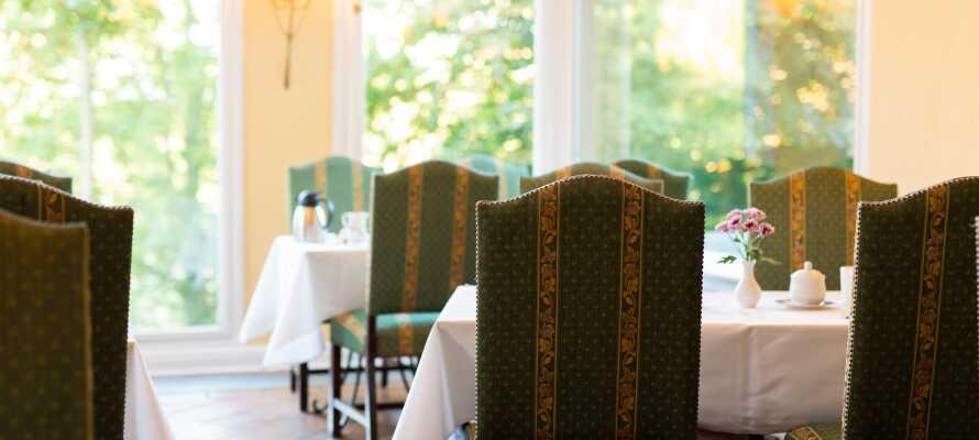 Hotellets restaurant serverer mat fra regionen preparert av kortreiste råvarer.