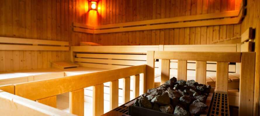 Forkæl jer selv med sauna og dampbad i hotellets nydelige wellnessområde med udsigt direkte mod parken