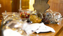 Morgenmaden byder både på friskbagt brød, frugt og mælkeprodukter