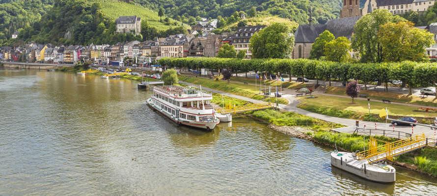 Tag på en romantisk bådfart på Mosel-floden, som ligger omgivet af smukke vinmarker.