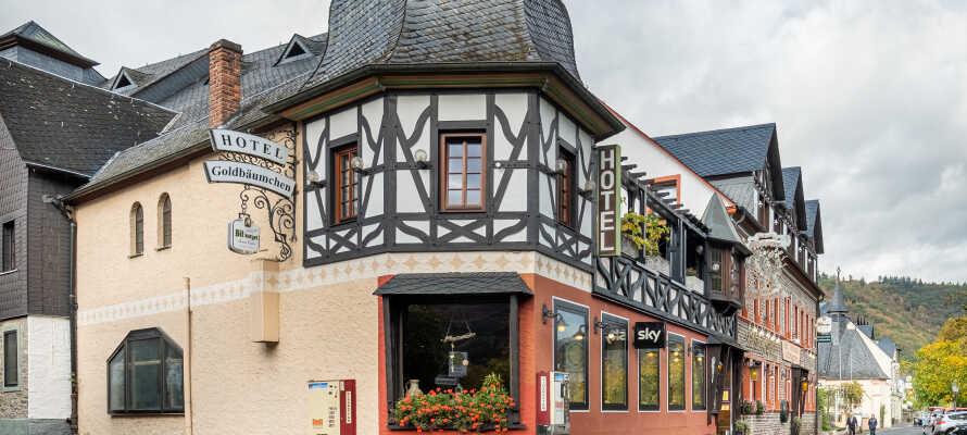 Det historiske Hotel Ellenzer Goldbäumchen har en sentral beliggenhet i byen ved siden av elven Mosel.
