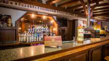 Varmt välkomna till Hotel Ellenzer Goldbäumchen där ni kan smaka på goda lokala viner i hotellbaren.