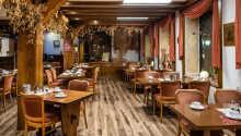 Hotellets restaurang erbjuder läckra regionala och internationella specialiteter.