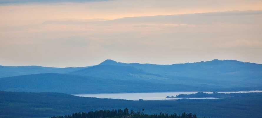 Hotellet ligger på toppen av det 630 meter  höga Långberget och bjuder på en formidabel utsikt över hela området.