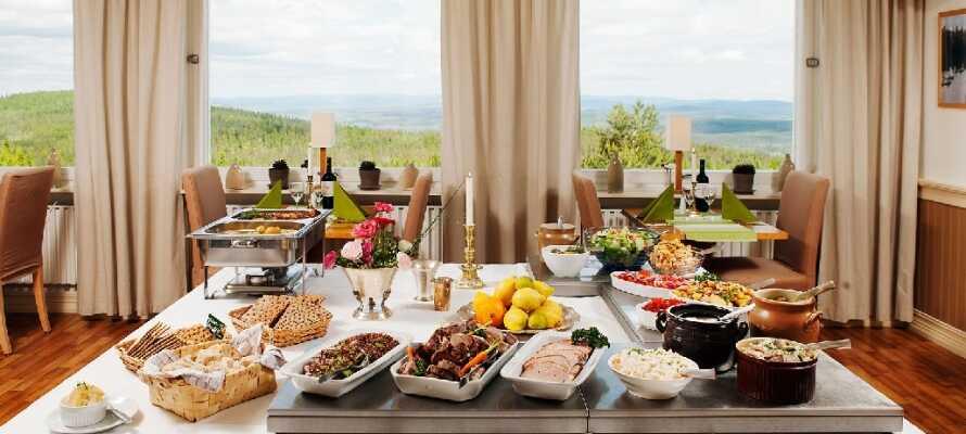 Spis middag i hotellets lyse restaurant med en flot udsigt til landskabet udenfor