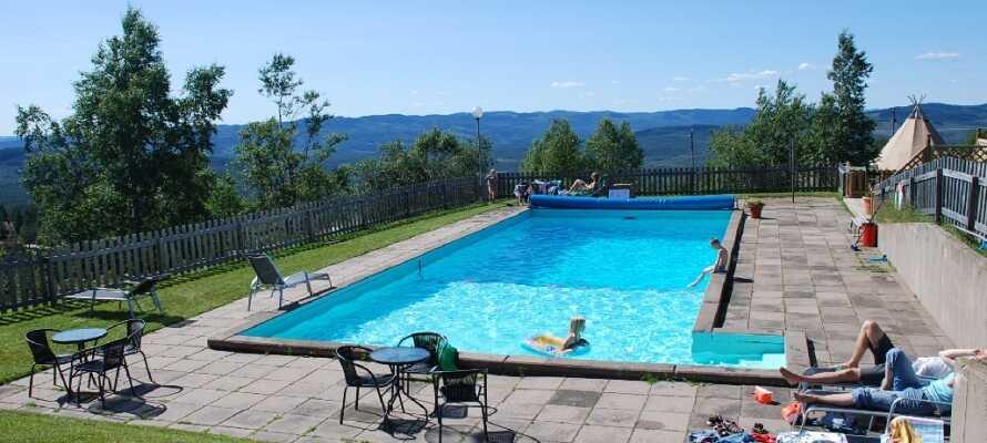 På sommaren kan ni plaska i hotellets pool eller gå på guidad tur i den omkringliggande naturen.