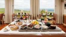 Hotellets restaurang erbjuder både lunch och middagsservering.