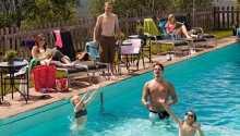 Im Sommer können Sie im hoteleigenen Pool planschen oder eine geführte Tour durch die umliegende Natur unternehmen