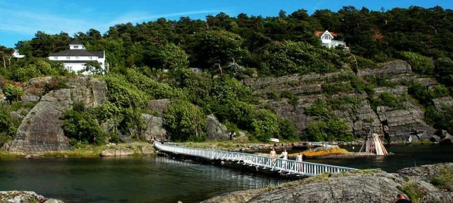 Här bor ni nära naturen och har över 60 km vandringsleder längs den vackra kusten att utforska