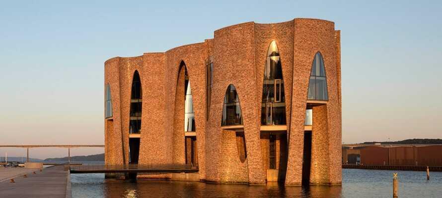 Oplev den helt unikke bygning, Fjordenhus, hvor kunst og arkitektur går op i en højere enhed med fjorden og naturen