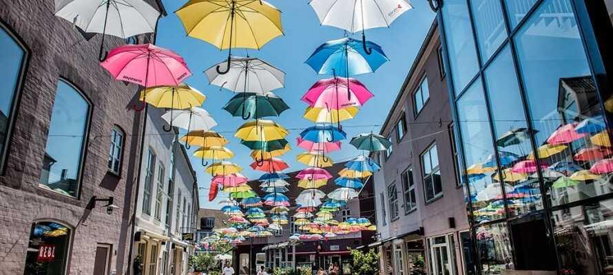 Udforsk Vejle by hvor I bl.a. kan shoppe, gå en tur ned ad Paraplygaden og slappe af på Bryggen