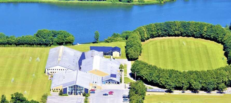 Hotellet ligger precis vid den vackra sjön Nordborg och de flesta av hotellets rum har utsikt över sjön