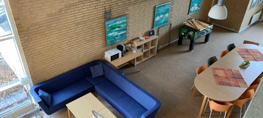 Das Hotel hat eine gemütliche Atmosphäre und es gibt kostenlosen Kaffee und Tee in der Hotellounge.