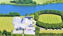 Hotellet ligger precis vid sjön Nordborg och mitt i Sønderjyllands vackra natur