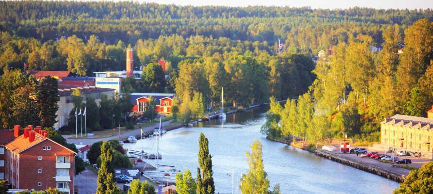 Hotellet ligger centralt i Söderhamn vid det kullerstensbelagda Rådhustorget och nära shopping, restauranger och nöjen