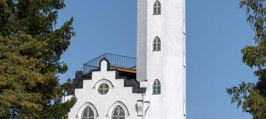 Söderhamn har många sevärdheter som  utsiktstornet Oscarsborg där ni har en fantastisk utsikt över staden