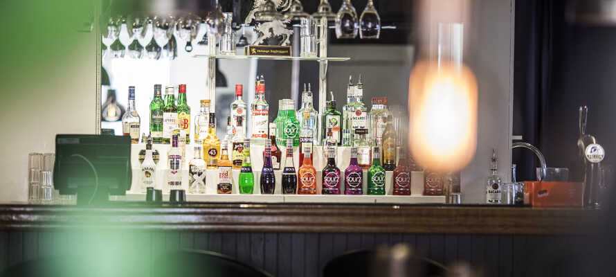 Runda av kvällen med en drink i hotellets bar