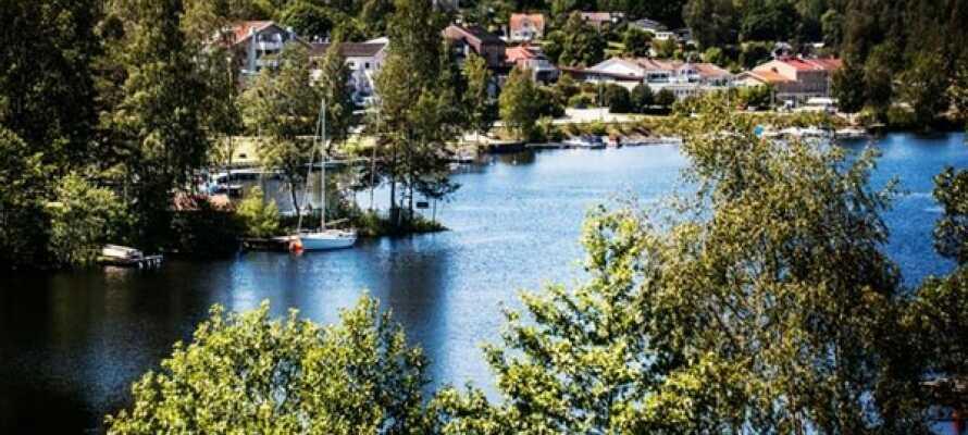 Hotellet har en naturskjønn beliggenhet mellom Lalångsjøen og Dalslands Kanal i Västra Götalands län.