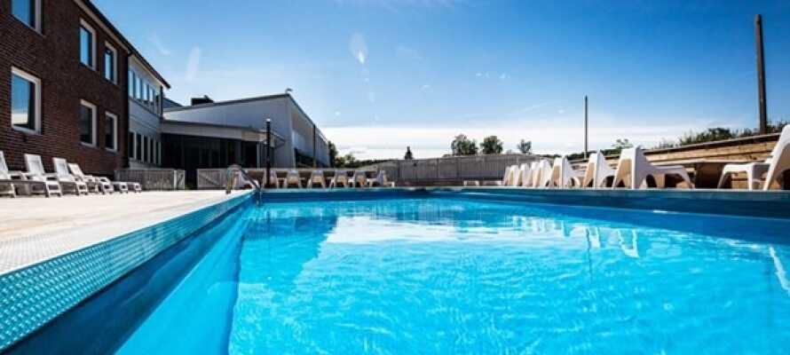 Während der Sommermonate können Sie im einladenden Poolbereich des Hotels mit beheiztem Außenpool und Poolbar entspannen.